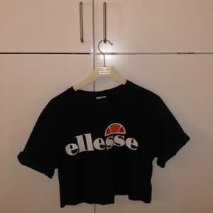 En kortare t-shirt från Ellesse i nyskick. Frakt tillkommer!