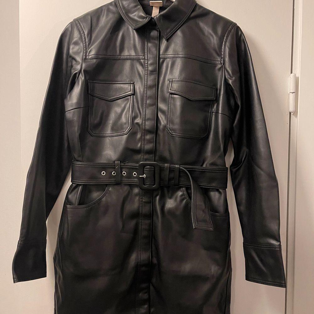 En oanvänd svart skjortklänning från Trend H&M. . Klänningar.