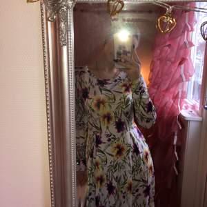 Jag säljer en lång sommrig klänning. Den har ganska tunn tyg. Jag är 165cm lång. Det står ingen storlek så jag gissar  på att den är M. (priset kan diskuteras)