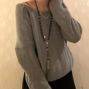 En grå stickad tröja från na-kd som inte använts på den senaste tiden! Det finns en rund och en v-ringad hals som man kan välja om man vill ha den fram eller bak! Jättemysig och fin! Strl S och passar XS-M. Nypriset är 299 och jag säljer för 120 exklusive frakt! Kontakta om du är interesserad eller har frågor om plagget!❤️