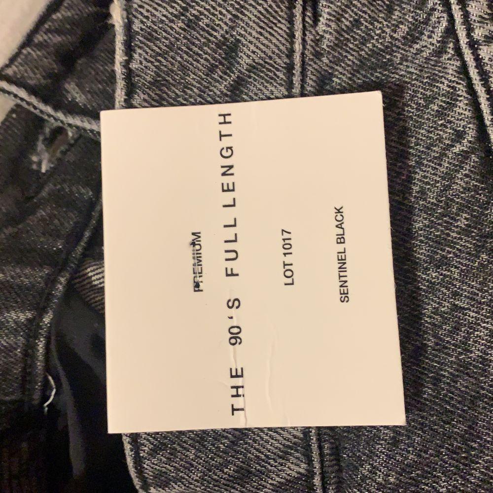 """Slutsålda och väldigt efterfrågade GRÅA jeans. Helt oanvända, oklippta och alla prislappar kvar. Säljer enbart vid bra bud! Bytes även mot en 34 om någon har. Säljer även ett par i samma modell men i färgen """"dover blue"""". Tveka inte på att höra av er. . Jeans & Byxor."""