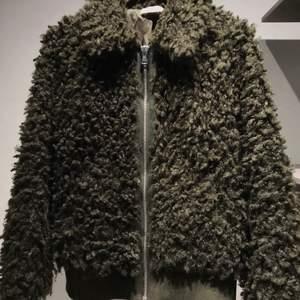 Säljer en grön lurvig jacka från H&M. Knappt använd. Storleken är xs men passar även en som är s. Lite oversize i modellen.
