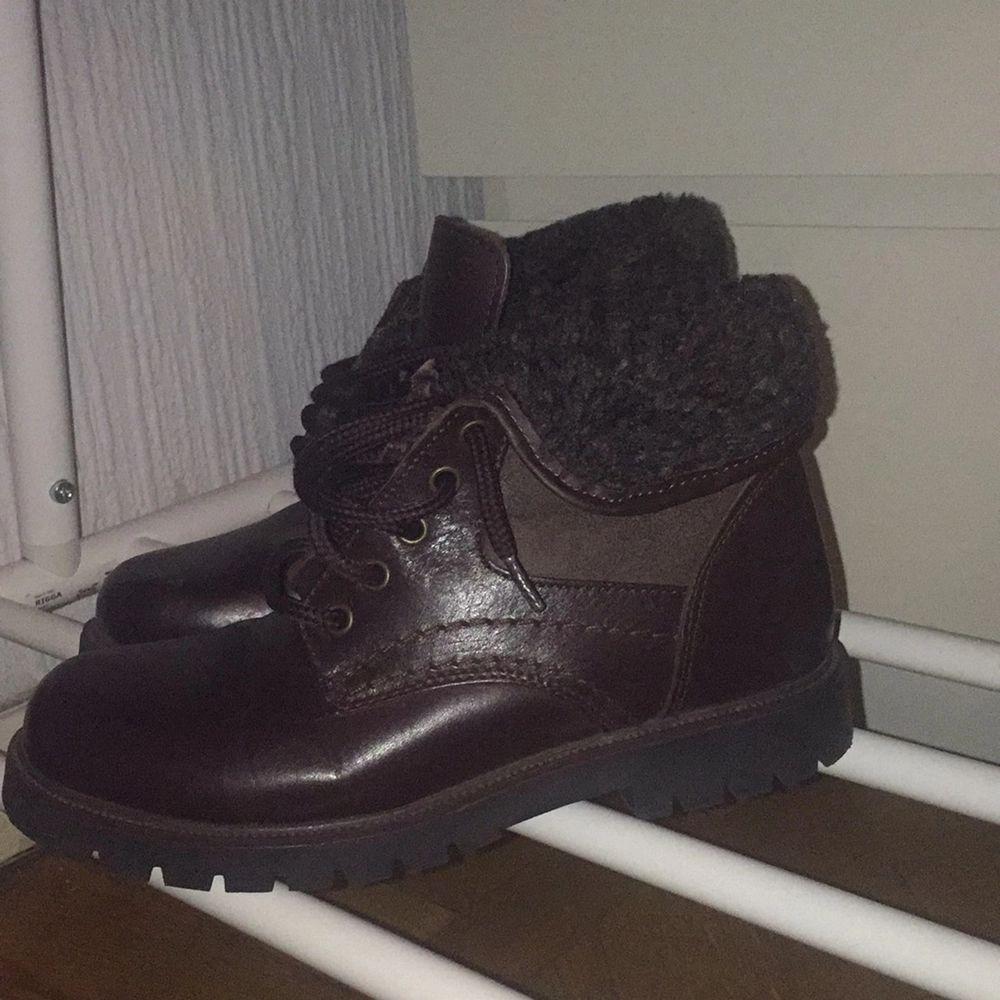 Sälja mina fina vintage boots av äkta läder, den är i färgen brun och har en härlig fodrad insida.🧸 Den har lite skråmor på fram sidan men de inget som märks.💕 köparen står för frakt💕. Skor.