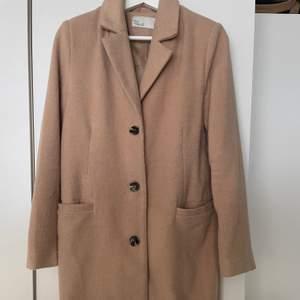 Jättetrendig beige kappa. Säljer pga bytt stil. Använd fåtal gånger. Nypris 700 kr. Högst budande!