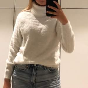 Säljer denna stickade tröjan i ett lite lurvigt material. Den sticks inte är och är superskön. Aldrig använd💕 Den är i storlek L men den är liten i storleken och passar mig som har S/XS