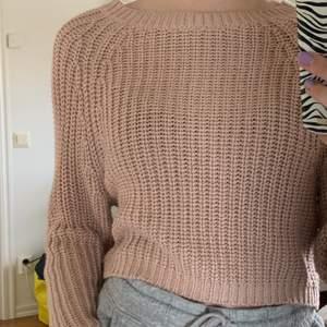 """Jättefin tröja i ett """"tyngre"""" tyg från HM. Ange mycket använd och jättefint skick. Den är superfin. 90kr + frakt. Strl XS."""