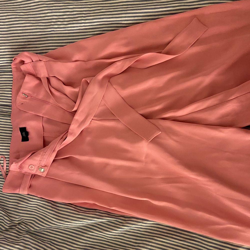 Snygga rosa kostym byxor från river island, köparen står för ev frakt . Jeans & Byxor.
