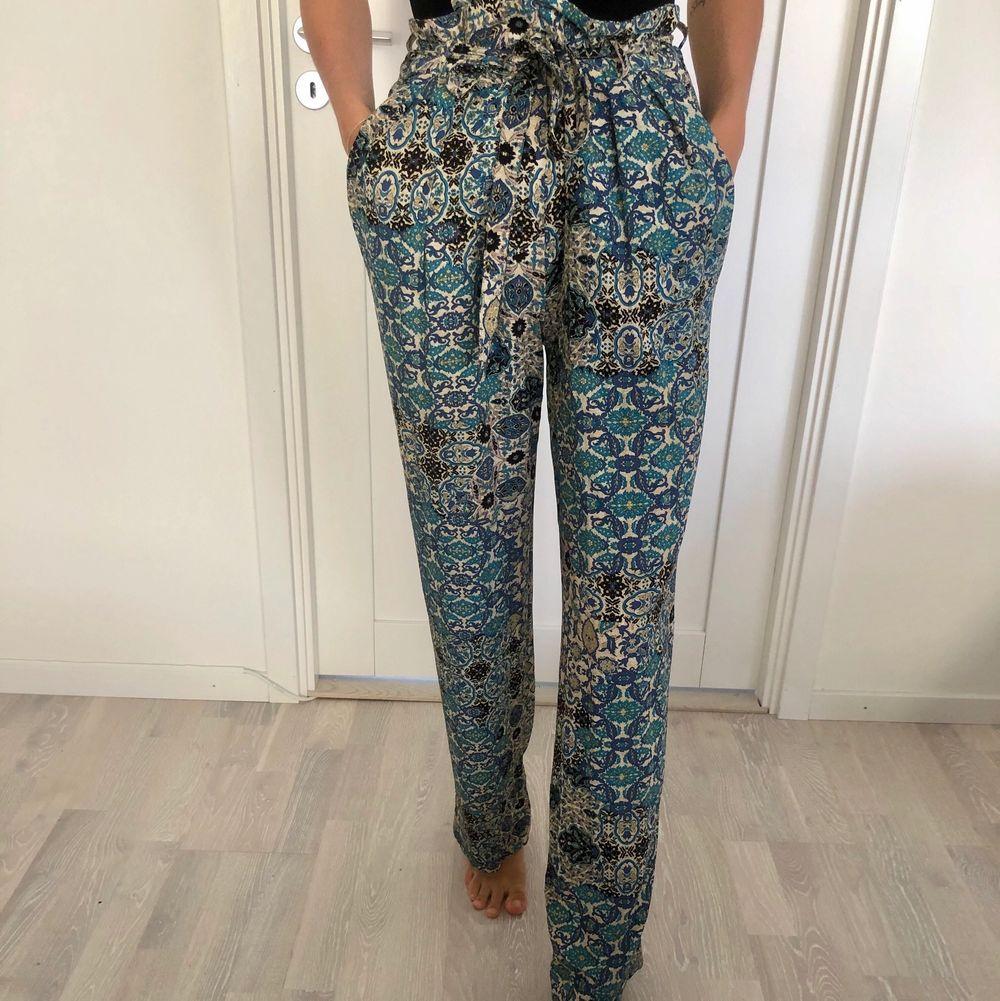Tunna mönstrade, vida byxor från Zara. Som nyskick, endast använt en 2 gånger. Frakt tillkommer . Jeans & Byxor.