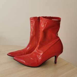 Skorna är oanvända, så i väldigt gott skick. Köpta från NLY shoes. Färg: Röd lack.
