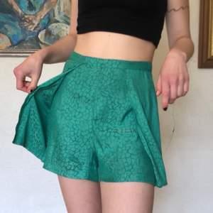 Shorts från topshop i fin grön färg som är mest som i verkligheten på sista bilden! 💚 Säljer så billigt då stygnen har gått upp lite vid dragkedjan med går nog att sy ihop lätt! för fler bilder eller fraktkostnad är det bara att skriva✨