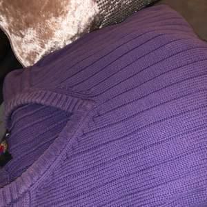 Mickey unlimted stickad tröja.. jätte fin samt söt och en gullig detalj i slutet av tröjan där Musse är insydd pris+frakt (fåtal gånger använd)