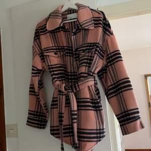 Säljer denna jacka ifrån Nelly! Den är oversized, så den passar XS-M 🥰