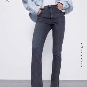 Skit populära och coola gråa jeans med slits från zara! De är nästan aldrig använda (ksk 4 ggr)!! Pris+frakt