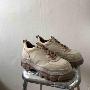 Sneakers med hög sula (ca 5,5 cm i klacken). Endast använda ett fåtal gånger!💗🎀 Fraktkostnad tillkommer utanför Gotland!