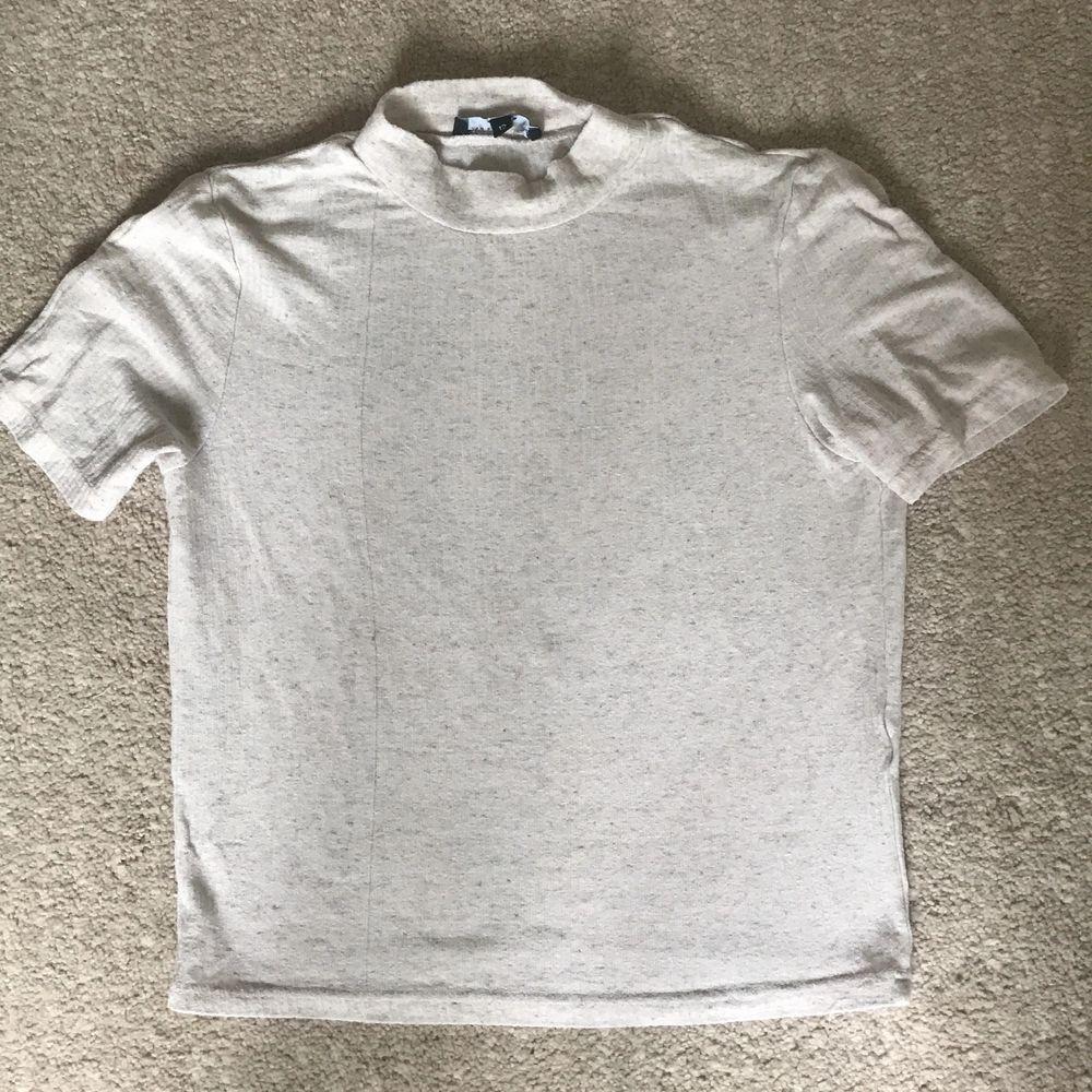 Eventuell frakt tillkommer💝. Passar storlek Xs-M. T-shirts.