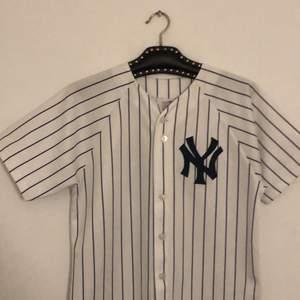 New yankees baseball tröja köpt i USA för 1000kr. Det står på den att den är i storlek XL men passar mig som har M. Köparen står för frakt!