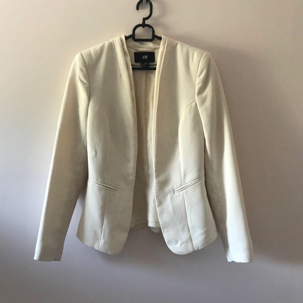 En jättefin vit kavaj från H&M. Priset är inkl frakt. . Kostymer.