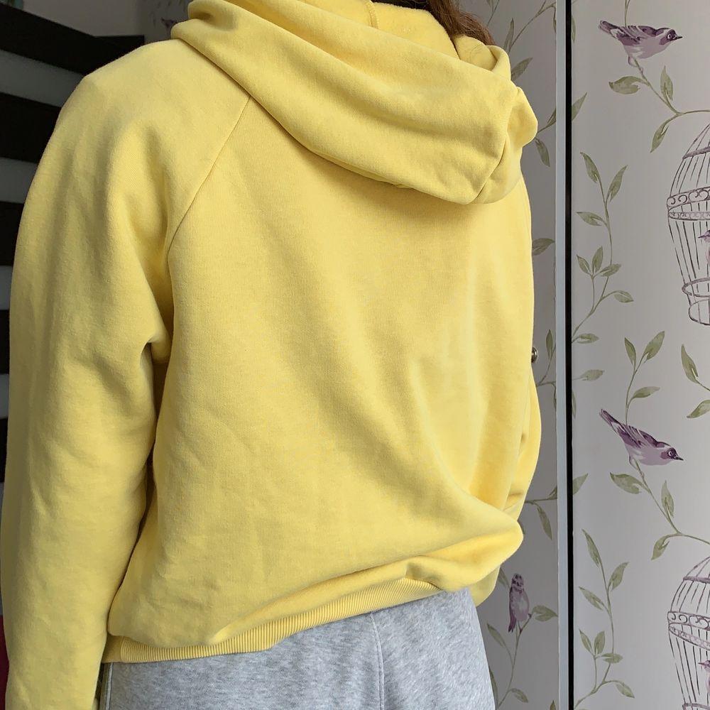 Säljer min gula hoodie från Gina. Använt några gånger. Köparen står för frakten . Huvtröjor & Träningströjor.
