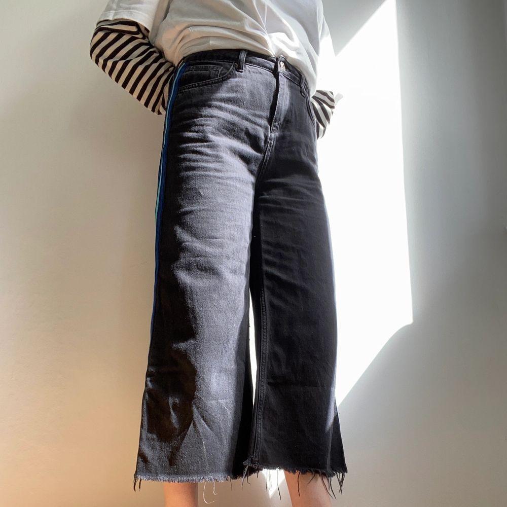 """Vida, supersköna jeans med detalj längst sidorna! Avklippta vid nyköp😍 Höööög midja (modell """"Flood"""") Sitter oversize på mig som är storlek 26-27 i midjan vanligtvis. Storlek W29/L30, culotte-fit!. Jeans & Byxor."""
