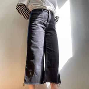 """Vida, supersköna jeans med detalj längst sidorna! Avklippta vid nyköp😍 Höööög midja (modell """"Flood"""") Sitter oversize på mig som är storlek 26-27 i midjan vanligtvis. Storlek W29/L30, culotte-fit!"""