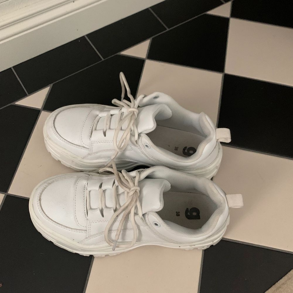 Säljer mina skor som jag har köpt på Gina Tricot för 600kr skosnörena är lite smutsiga men borde gå bort i tvätten förutom de så är dem i väldigt bra skick . Skor.