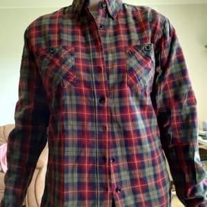 Röd och grön skjorta/slim fit . Knappt använd och alla knappar finns kvar. 100 inkl frakt