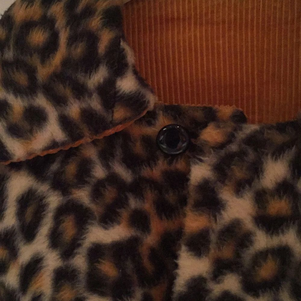 Poncho i leopard med innertyg av manchester. Tjock, varm. Ascool! Stockholm.  Kan skickas o då tillkommer porto. Betalas med swish.. Jackor.