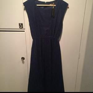 Fantastisk mörkblå klänning från Smiley vintage  Resår i midjan och vidare kjol med fint fall. Yttertyg i spets.  Använd en gång. nypris 1300