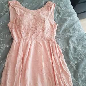 Väldigt fin långklänning från Bubbleroom i en nude rosa färg med en öppen rygg. Oanvänd.