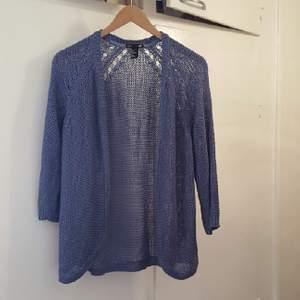 blå stickad tröja i storlek S men funkar även till en Medium  kan mötas upp i Stockholm annars betalar köparen för frakten
