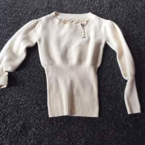 Naturvit stickad tröja, mysig i modellen