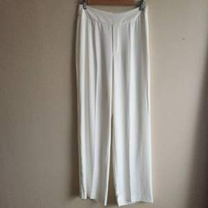 vita byxor från bikbok, använda en gång. köparen står för frakt.