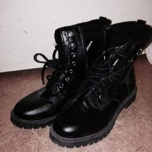 Säljer mina svarta skor från H&M knappt använda.