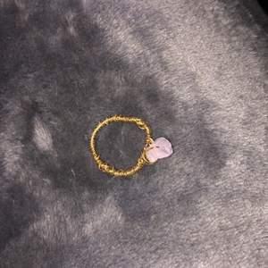 Säljer lite ringar som jag gjort själv, ringen är gjord av guldig ståltråd och en liten kristall. Säljer denna ring för 20 kr+ 11 kr i frakt. DMa mig vid intresse!