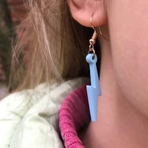 Ljusblå örhängen i form av blixt! Gjort dem själv och har fler designer och färger. 70kr +11kr frakt