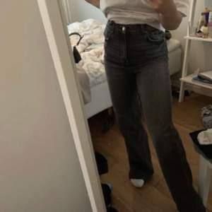 Säljer dessa slutsålda populära gråa jeansen ifrån zara. de är i storlek 36 men är lite avklippta, så de passar ungefär nån som är 160 (de är lite långa).  ❤️buda privat