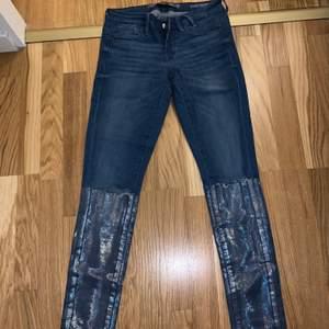 """Snygga guess jeans i storlek 26. Häftiga detaljer med hål i knäna och """"glitter"""" nedtill. (Nypris ca 1000kr). Knappt använda!"""