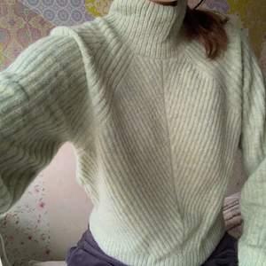 Säljer denna stickade tröja från Weekday. Aldrig använd då den inte är min stil. Storlek XS men passar även på S.150kr +63kr frakt, spårbar. 🌸🌸