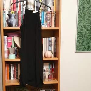Kort svart klänning från Zara i storlek S. Öppen i ryggen annars en väldigt enkel klänning. Bra skick! Köparen betalar frakten och betalning sker via swish