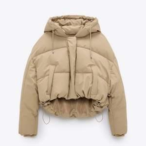 En beige vadderad jacka från Zara, endast provad - säljes pågrund av att jag valde mellan två stycken! Färger är som på första och sista bilden! Budgivning avslutas 18:00 ikväll!