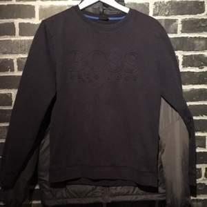 Tjena! Säljer denna mörkblå Hugo boss tröja köpt på Nk förra året! Har ej kvitto kvar men QR borde bevisa äkthet😅 Den har 2 hål dom dock är lagade (de vart väldigt små hål) inte så synliga (höger arm) Storlek S.. skick 7/10 nypris.. 1000kr😃💯 byten kan vara intressant