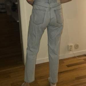 Håliga boyfriend jeans från h&m i stor storlek 25 (som en stor storlek S)