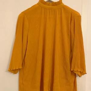 En härlig blus från Monki som inte längre går att få tag på! I riktigt fint skick. Storlek Small/S. Blusen har en hög krage.