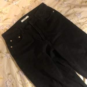 Ett par svarta jeans från na-kd. Köpta här på plick men va lite stora på mig. Liknar monkis yoko jeans i modellen