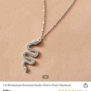 Ett superfint ormhalsband som tyvärr inte kommer till användning, köpt på shein och är oöppnat! Frakt tillkommer på 22kr💖 skriv vid frågor eller för mer bilder🤗
