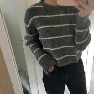 Säljer en super fin stickad tröja från H&M i super fint skick. Tröjan är i storlek S och betalning sker via swish. Frakt ingår ej i priset men kan mötas upp i Stockholms området.