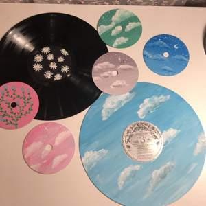 Säljer handmålade cd skivor efter beställning. Pris beror på motiv med någonstans mellan 40-80kr. Mer information privat vid intresse! Även vinylskivor kommer finnas snart! Frakt tillkommer på 11kr