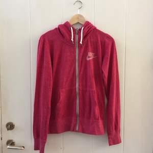 En rosa niketröja med lite högre krage och som även är lite tunnare än den vanliga hoodien. Verkligen såå skön!🌸