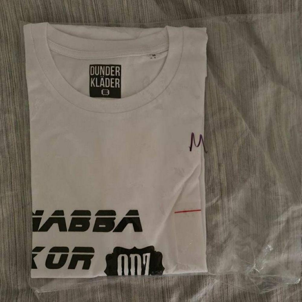 Fortfarande inplastad, inte använd  gratis frakt   OBS: Säljs endast till seriösta köpare / Collecters. T-shirts.