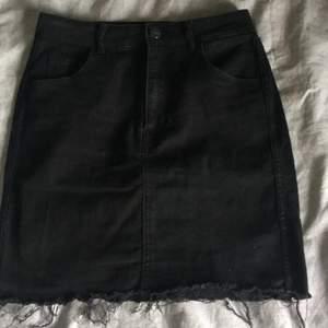 Säljer nu denna superfina jeanskjolen från H&M. Den har raw cut längst ner vilket ger den snygga fransar som hänger lite över benen. Har använt kjolen max 3 gånger och säljer den för att den inte passar mig längre💕   Nypris  199kr , mitt pris 100kr +frakt🤍🤍